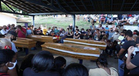 Familiares e amigos se emocionaram bastante durante o enterro, no Cemitério do Pacheco, em Jaboatão dos Guararapes