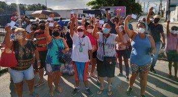 Revoltados, o grupo fechou a Avenida Brasil, em Maranguape 1, com entulhos e pneus