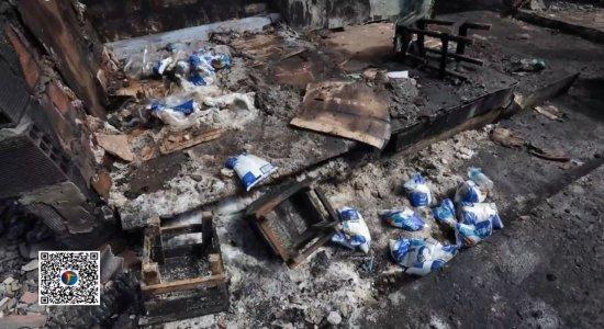 Incêndio atinge Mercado das Farinhas, em Jaboatão dos Guararapes, e destrói galpão de alimentos e produtos de limpeza
