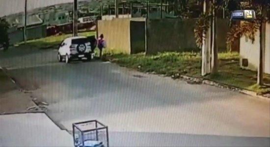Mãe é presa suspeita de jogar filho em terreno baldio e depois tocar fogo no recém-nascido; veja vídeo