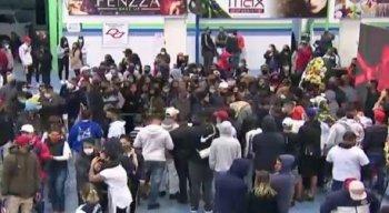 Muitos fãs e populares foram até a quadra de samba da escola Unidos da Vila Maria para dar o último adeus ao cantor