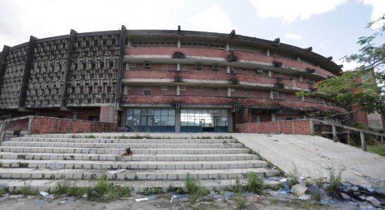 Abandono toma conta de prédio da Faculdade de Odontologia de Pernambuco, em Camaragibe