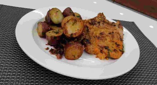 Receita fitness: bisteca de porco com batata doce do chef Rivandro