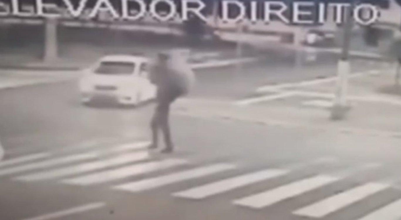 As imagens mostram o momento em que o homem atropela o morador de rua
