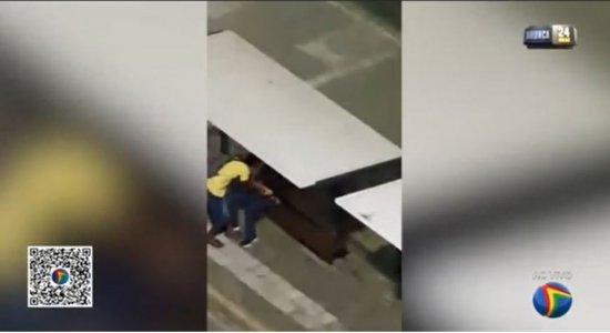 Vídeo: Rapaz é assaltado por dois homens em parada de ônibus na Avenida Conde da Boa Vista
