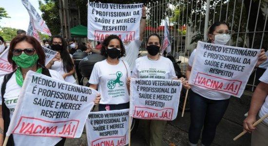 Médicos veterinários e profissionais de Educação Física protestam no Recife para cobrar prioridade na vacinação contra covid-19