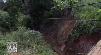 No local, uma cratera vem se formando em uma barreira e a ameaça de mais um deslizamento só aumenta.