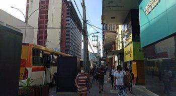 Passageiros seguem à pé, após ônibus pararem no centro do Recife