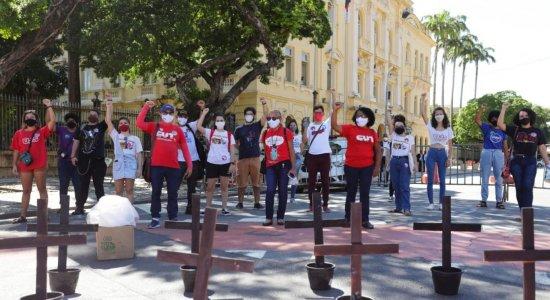 Profissionais da  rede estadual de educação e estudantes da UPE protestam no Recife
