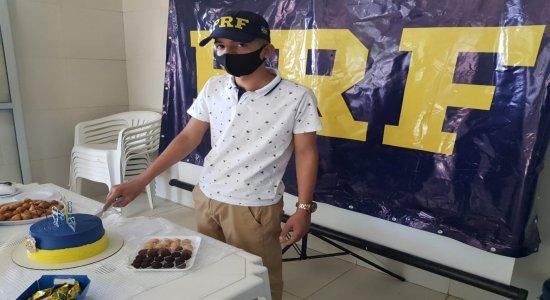 Jovem de 15 anos que sonha em ser PRF celebra festa de aniversário com policiais no Recife; veja vídeo e fotos