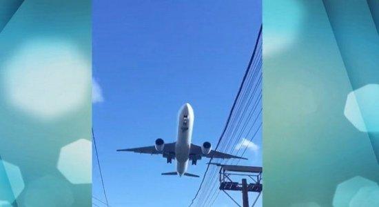 Conheça o dia a dia de comunidade onde os aviões passam tão perto das casas, que já até levaram telhado, na Zona Sul do Recife