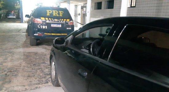 Após perseguição, suspeito de roubar carro de família é detido com adolescente no Curado, Zona Oeste do Recife