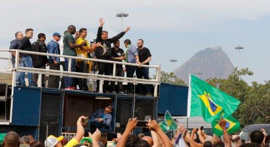 Bolsonaro participa de ato com apoiadores no Rio e lamenta mortes por covid-19