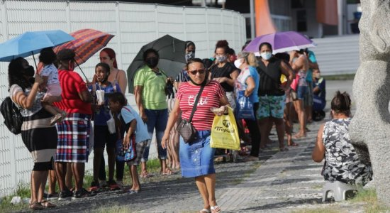 Longas filas marcam 2º dia de entrega dos cartões do auxílio emergencial do Recife; veja se tem direito e quando recebe