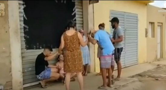 Mandante de crime reza com família das vítimas antes de ser preso em Caruaru