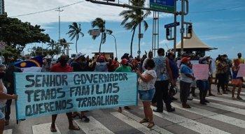 Com faixas e cartazes, barraqueiros e ambulantes bloquearam a Avenida Boa Viagem.