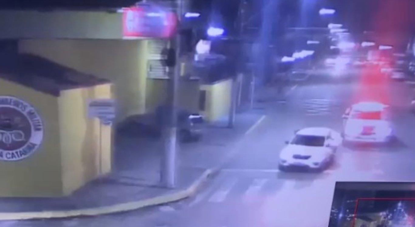 Mulher pula de carro em movimento durante perseguição
