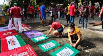 Manifestação contra o governo Bolsonaro na praça do Derby