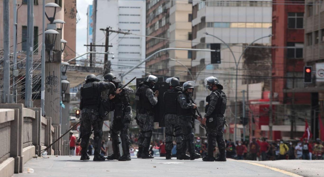 Polícia Militar dispersou manifestantes que protestavam contra Bolsonaro por provocar aglomeração