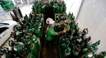 Segundo o governo, até às 16h deste domingo, foram envasados 398 cilindros