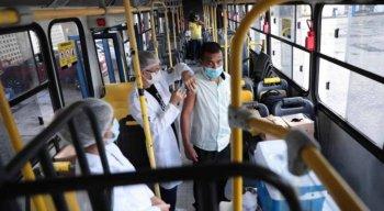 Imunização está sendo feita no Expresso Vacina, ônibus que visita as garagens de ônibus. Ação começou pela empresa Cidade Alta, em Rio Doce