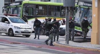 Policiais avançam contra manifestantes em ato no centro do Recife