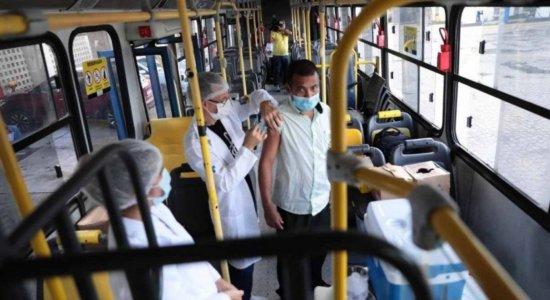 Motoristas e cobradores começam a receber a vacina contra covid-19 em Olinda