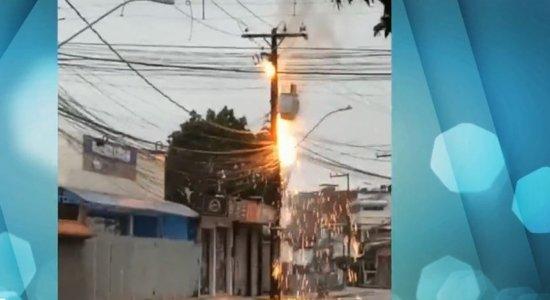Fogo atinge parte de fiação junto a poste com transformador na Zona Oeste do Recife