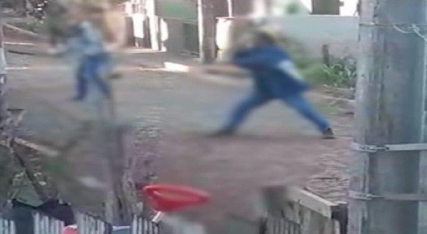 Os vizinhos aparecem nas imagens brigando com facão e foice
