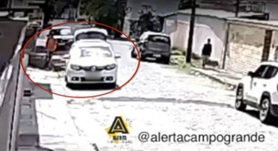 Casal de idosos tem carro roubado por trio de assaltantes no Recife; veja vídeo