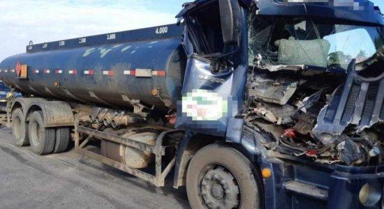 Acidente entre carreta e caminhão deixa motorista ferido na BR-101
