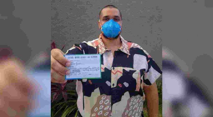 O bacharel em direito Lucas Aragão tomou a primeira dose da vacina da AstraZeneca no dia 6 de maio