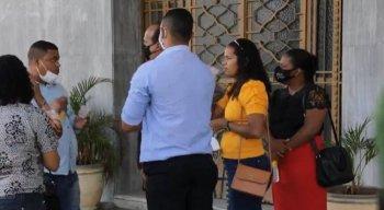 As famílias chegaram acompanhadas dos advogados e de um defensor público