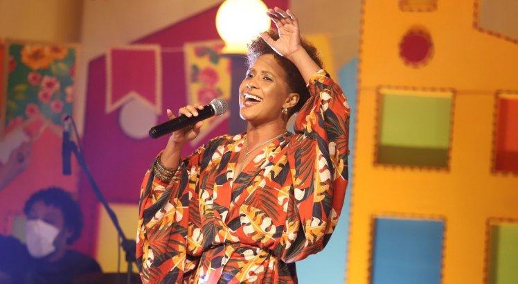 Gabi da Pele Preta canta no São João Danado de Bom, no palco do Teatro Difusora, em Caruaru