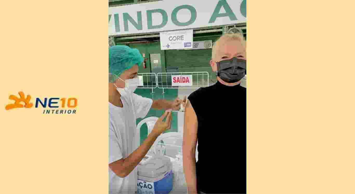 Xuxa e ouro famosos toma a primeira dose da vacina
