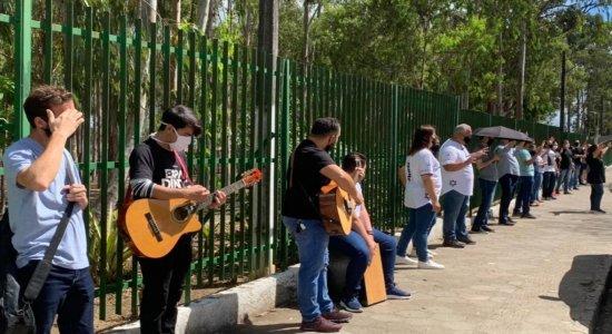 Grupo de religiosos se reúne para orar em frente a hospital