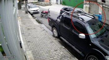 Imagens mostram homem assaltando na Boa Vista, região central do Recife