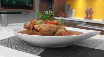 Receita de Frango de Leite com Pirão preparada pelo chef Rivandro França, do Sabor da Gente