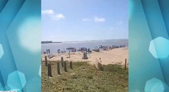 Vídeo: mesmo com decreto, praia de Barra de Sirinhaém tem aglomeração, fila de veículos e lanchas; veja flagrantes do fim de semana