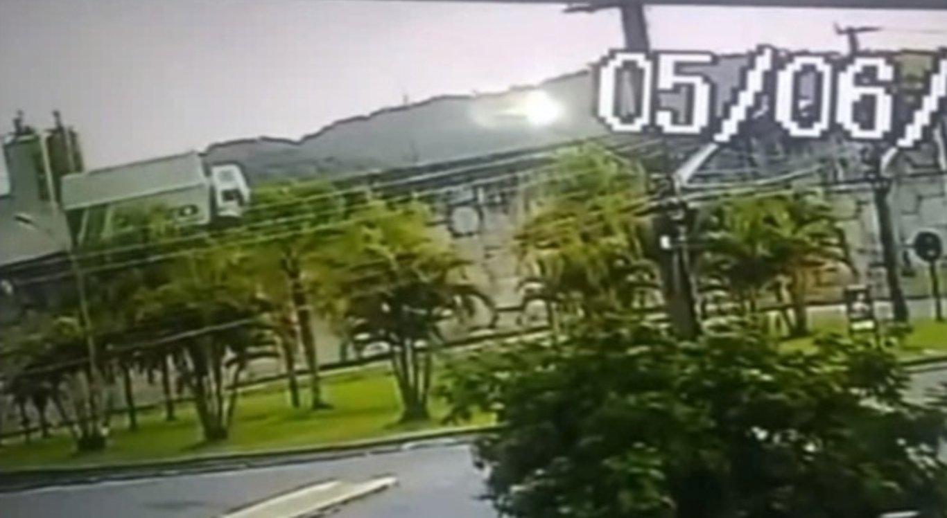 Caminhão cai de viaduto em Santa Catarina