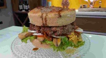 Receita de hamburguer tamanho família preparada pelo chef Rivandro França