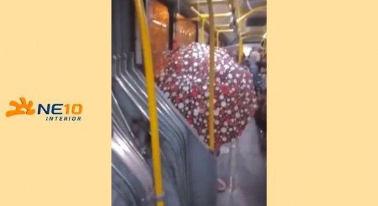 Chuva invade ônibus e passageiro abre guarda-chuva dentro do veículo