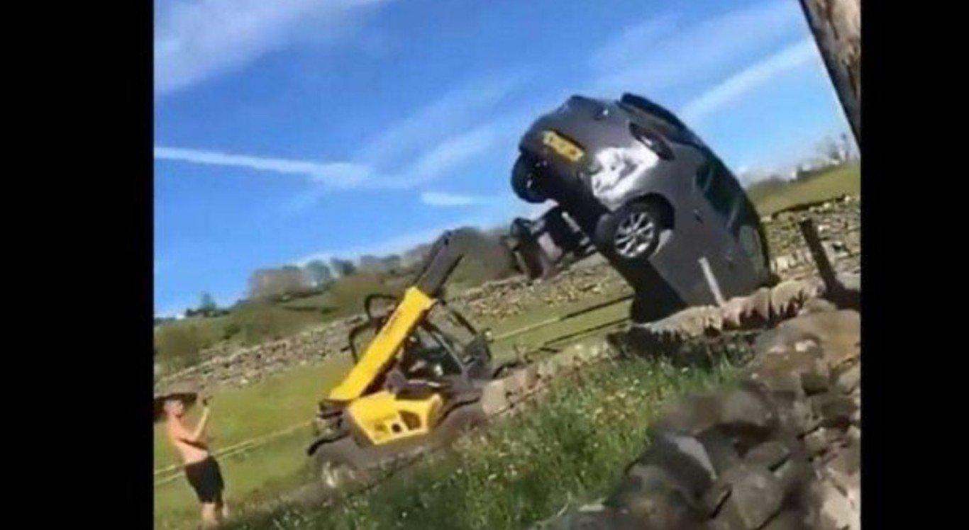 O fazendeiro tirou o carro da frente com a empilhadeira