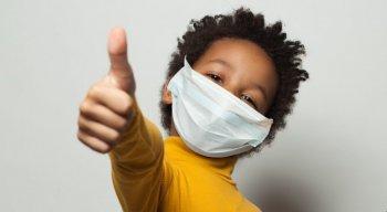 Crianças devem usar máscara, explica médico