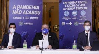 Os secretários André Longo (Saúde) e Alexandre Rebelo (Planejamento e Gestão) estiveram na coletiva do Governo de Pernambuco