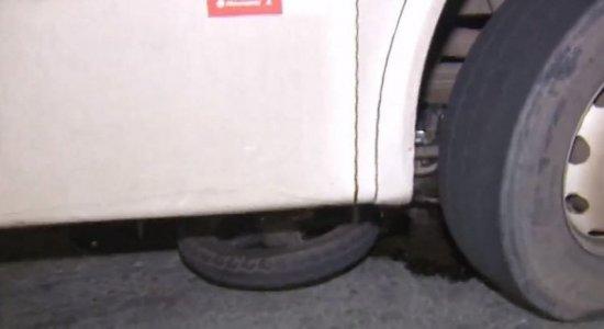 Grave acidente deixa casal ferido e embaixo de ônibus em Jaboatão