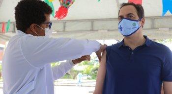Paulo Câmara é vacinado contra covid-19