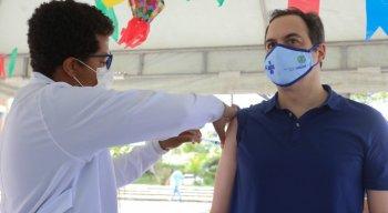 Governador Paulo Câmara foi vacinado contra a covid-19