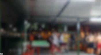 A partida foi encerrada e as pessoas retiradas do estabelecimento que foi interditado e será multado.