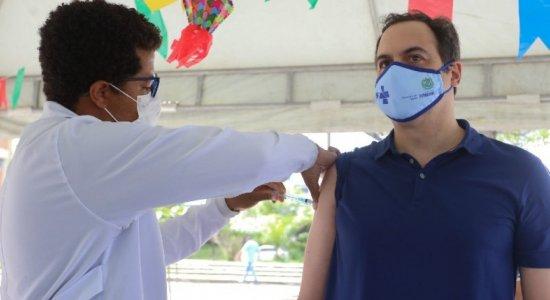 Governador Paulo Câmara recebe primeira dose da vacina AstraZenca, contra a covid-19